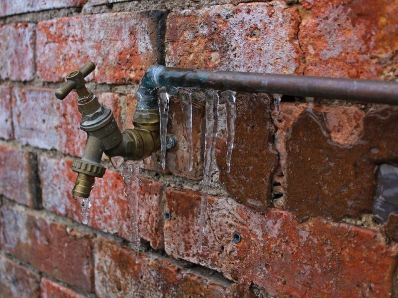 what to do when a frozen pipe bursts